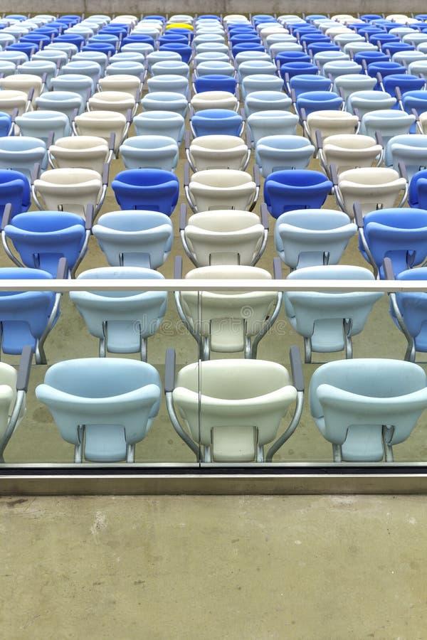 在马拉卡纳橄榄球场的空的颜色位子 免版税库存照片