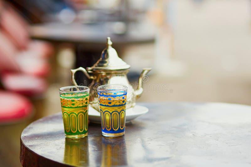 在马拉喀什咖啡馆的传统摩洛哥薄荷的茶  免版税库存图片