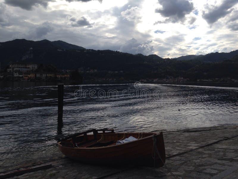 在马焦雷湖附近的小船 免版税库存照片