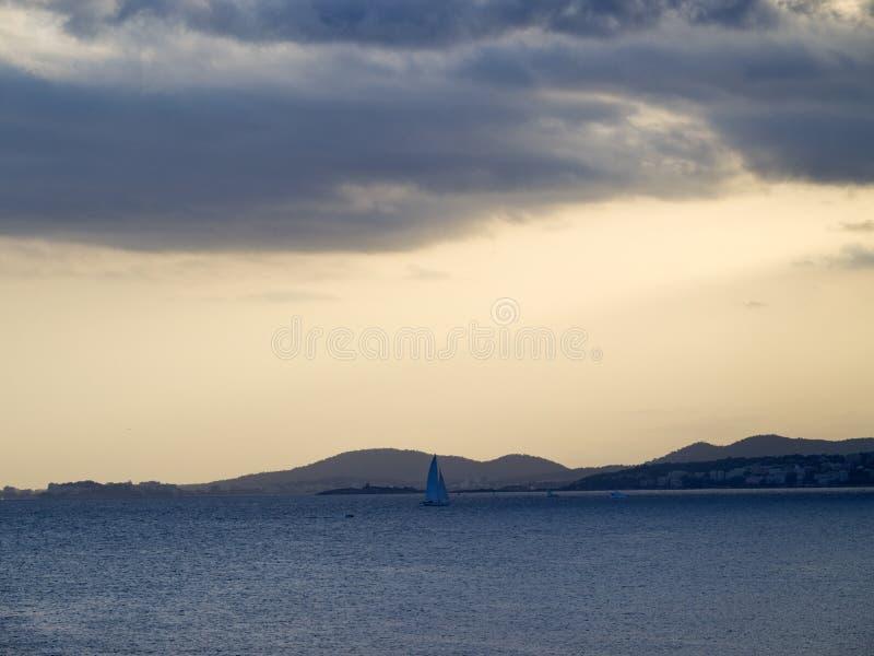 在马略卡海滩的多云日落 免版税库存图片