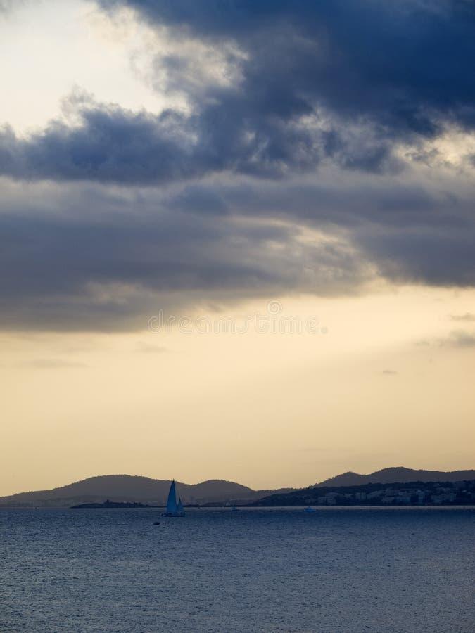 在马略卡海滩的多云日落 库存图片