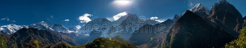 在马纳斯卢峰山脉的全景在尼泊尔 免版税库存照片