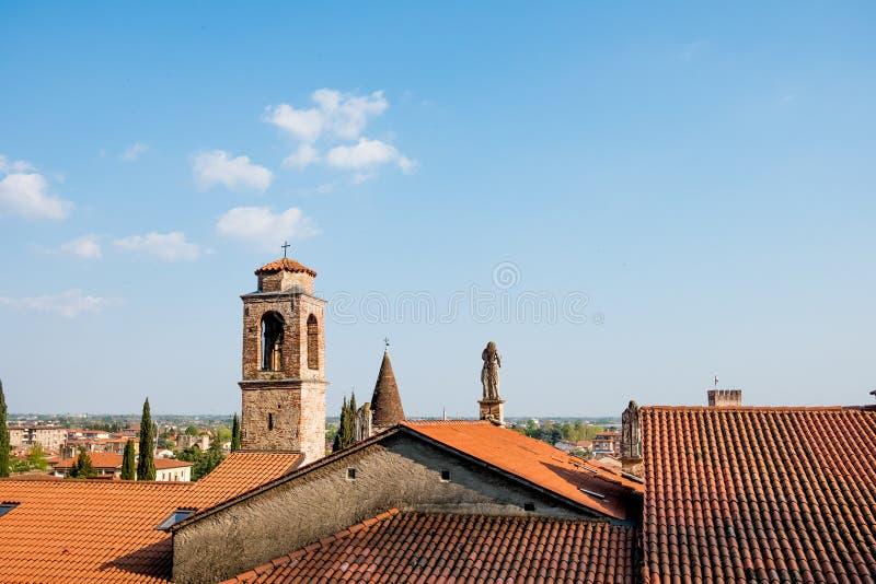 在马罗斯蒂卡经典老中世纪意大利镇上看法在威尼托地区在与钟楼和老雕象的日落 免版税图库摄影