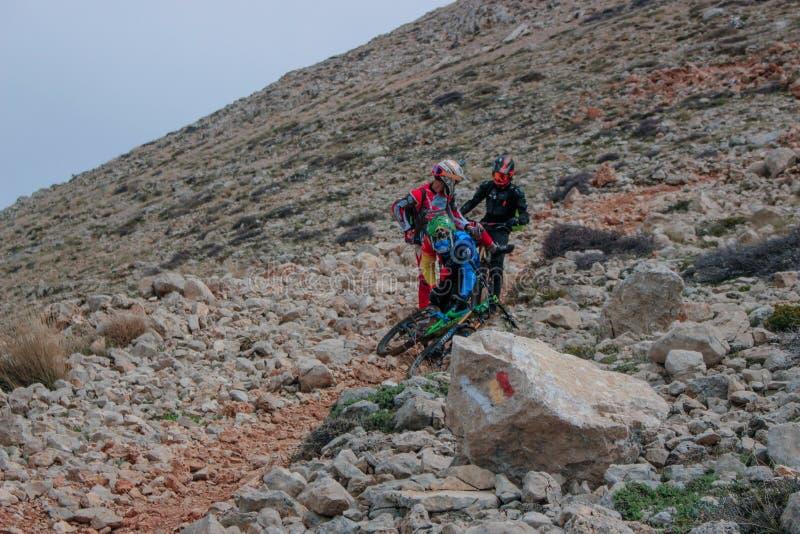 在马背上下来绝望骑自行车者从其中一座土耳其海岸的山 库存照片