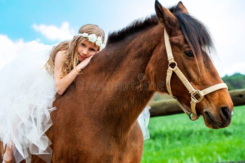 在马背上放松的女孩 免版税图库摄影