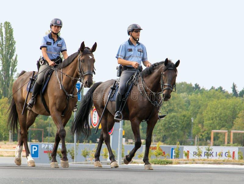 在马背上警察卫兵在布拉格的中心 库存照片