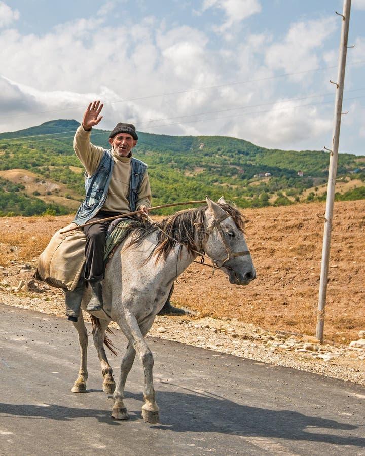 在马背上高加索山脉的牧羊人 库存图片