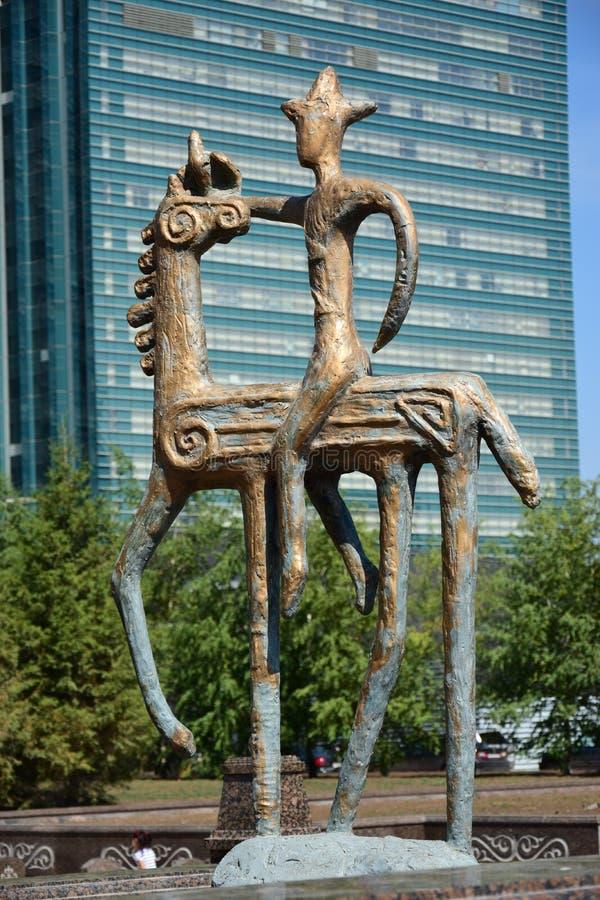 在马背上以车手为特色的雕象 库存图片
