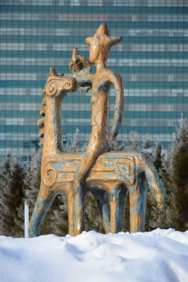 在马背上以车手为特色的雕象 免版税库存照片