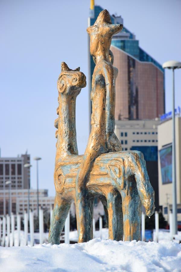 在马背上以车手为特色的雕象 库存照片