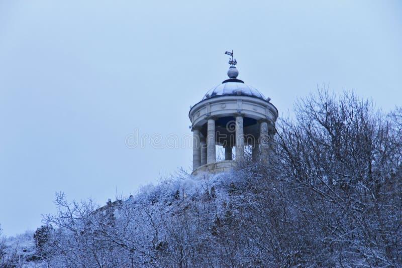 在马舒克山的Aeolus竖琴在冬天 Pyatigorsk地标和纪念碑 库存照片