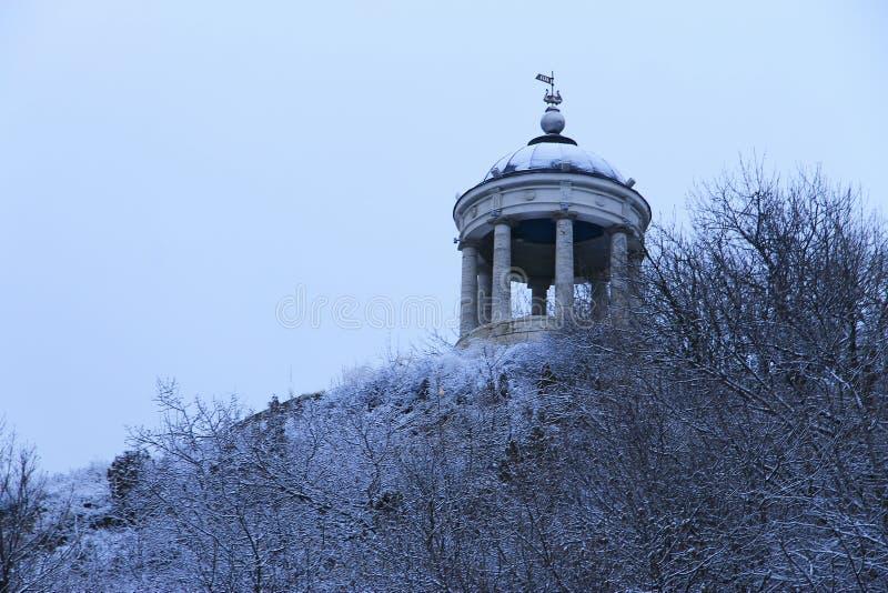 在马舒克山的Aeolus竖琴在冬天 Pyatigorsk地标和纪念碑 免版税图库摄影