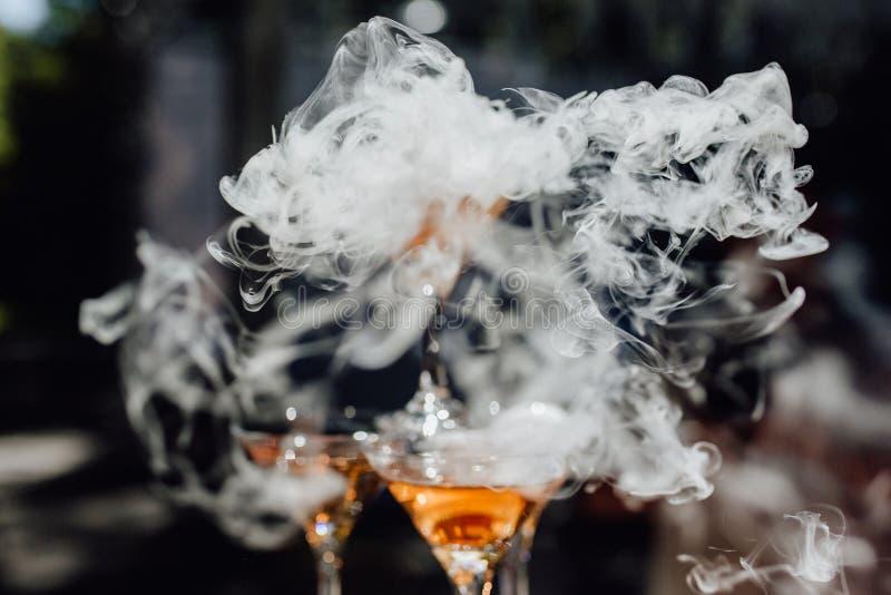 在马蒂尼鸡尾酒鸡尾酒杯干冰蒸气的烟 免版税库存照片