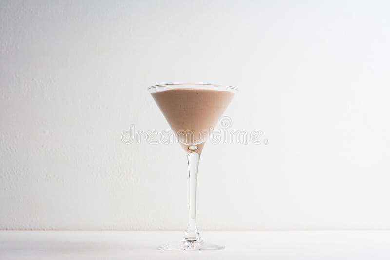 在马蒂尼鸡尾酒玻璃的巧克力沫丝淋 库存照片