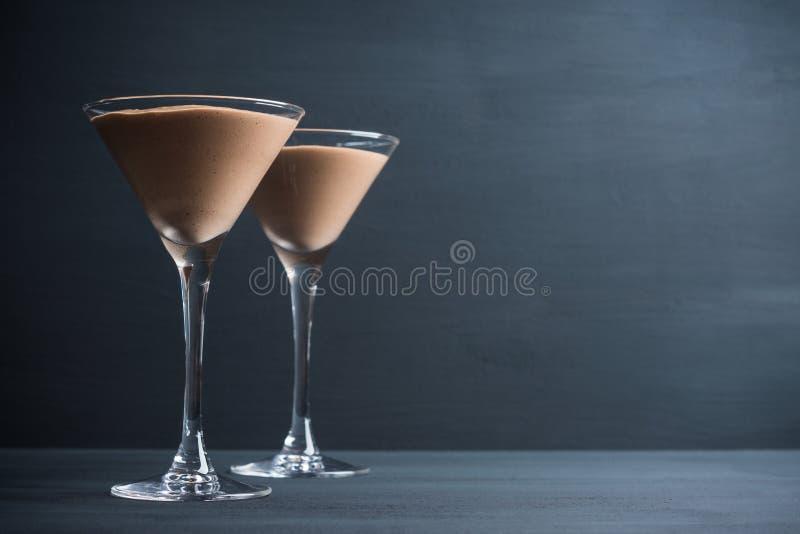 在马蒂尼鸡尾酒玻璃的巧克力沫丝淋 免版税图库摄影