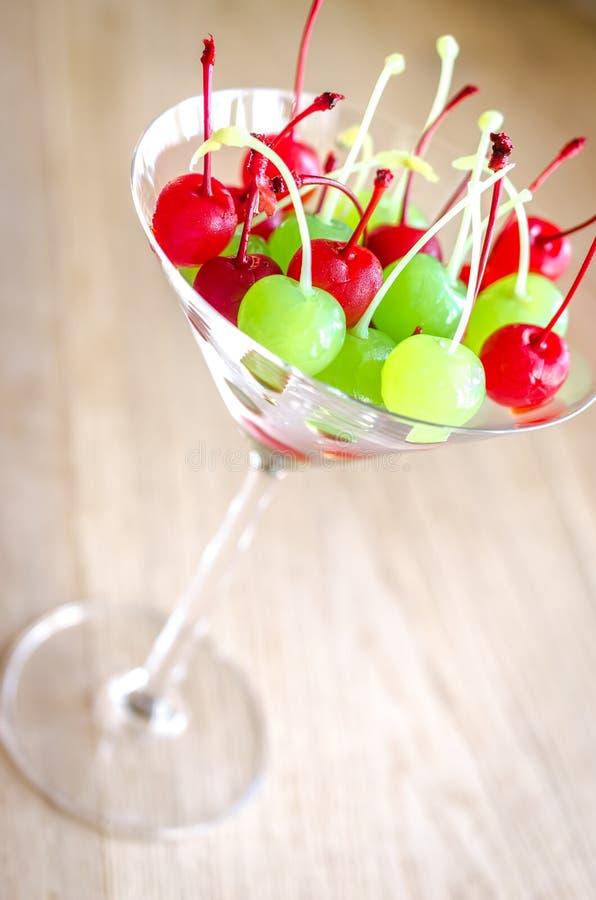 在马蒂尼鸡尾酒玻璃的糖渍的樱桃 免版税图库摄影