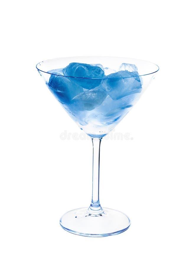 在马蒂尼鸡尾酒玻璃的蓝色冰。 免版税图库摄影