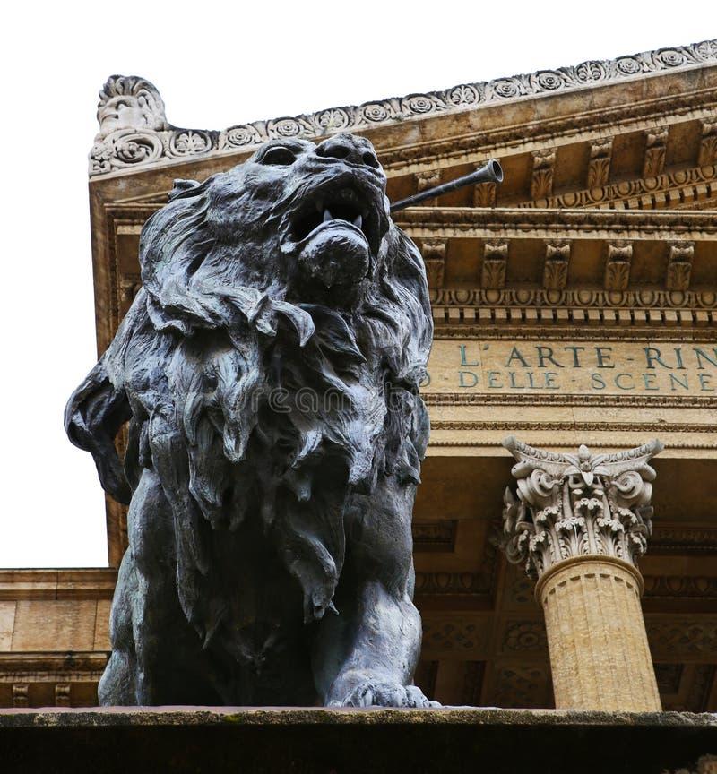 在马西莫剧院,巴勒莫前面的狮子雕象 免版税库存照片