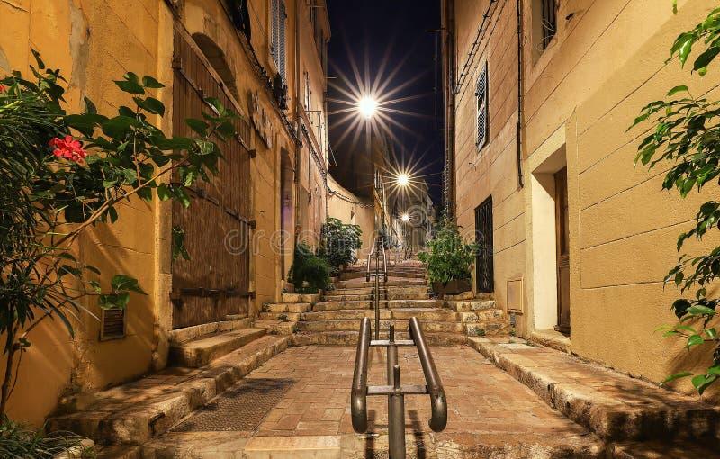 在马赛历史的四分之一Panier的老楼梯在南法国在晚上 库存图片