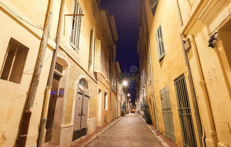 在马赛历史的四分之一Panier的老街道在南法国在晚上 免版税库存照片