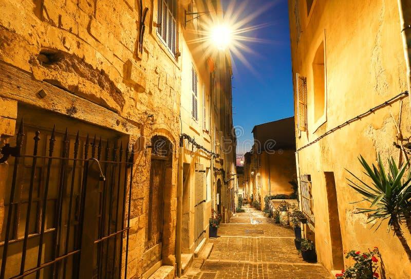 在马赛历史的四分之一Panier的老街道在南法国在晚上 免版税图库摄影