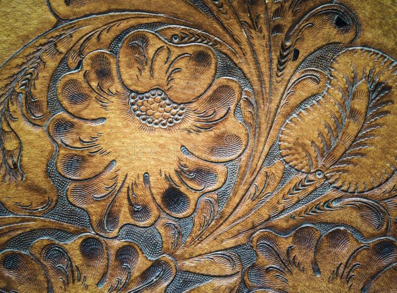 在马鞍的布朗皮革装璜被雕刻的细节 免版税图库摄影