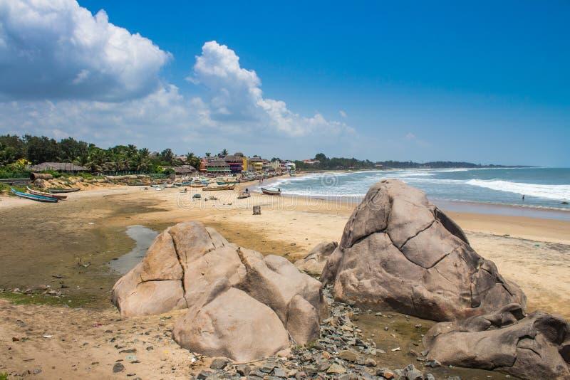 在马马拉普拉姆村庄,泰米尔纳德邦,印度的海滩 免版税库存图片