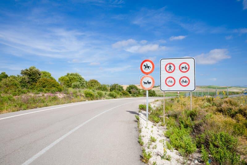 在驱动前的路标在高速公路 免版税库存图片