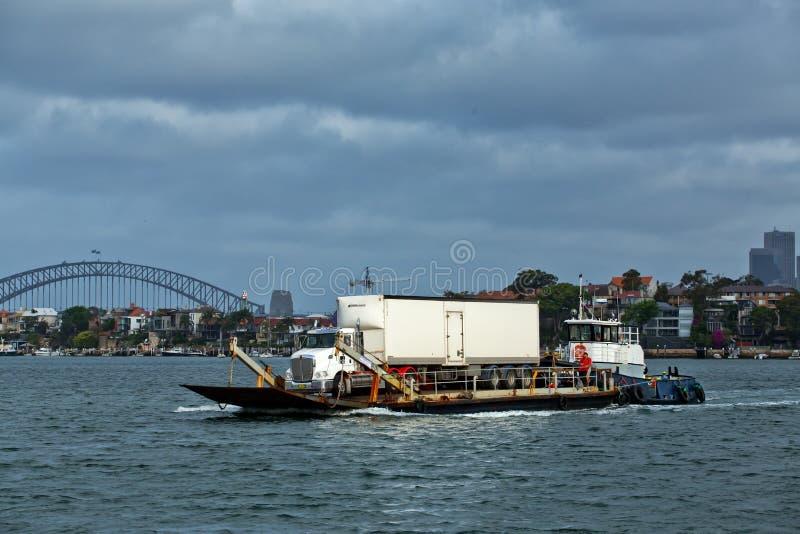 在驳船的卡车乘猛拉小船推挤 库存照片