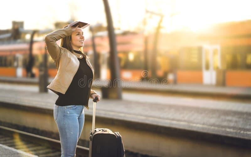 在驻地的妇女等待的火车 站立在平台的夫人 免版税图库摄影