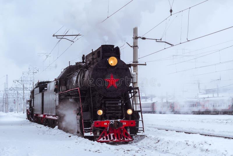 在驻地的蒸汽机车在冬天 库存照片