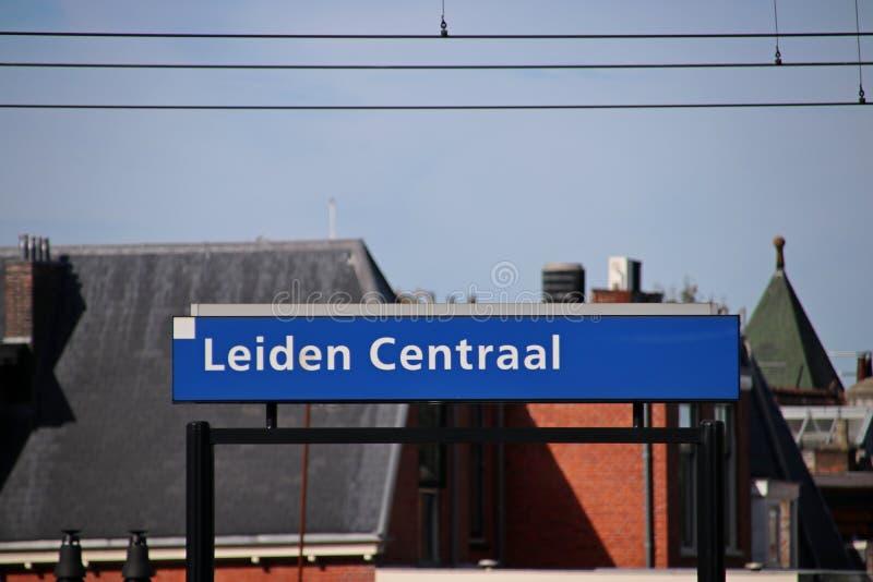 在驻地莱顿Centraal的蓝色和白色namesign在驻地平台的荷兰 库存照片