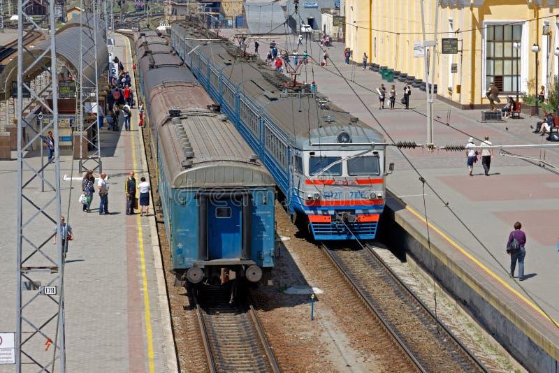 在驻地` KharkÑ-v乘客`的平台的附近火车 免版税库存图片