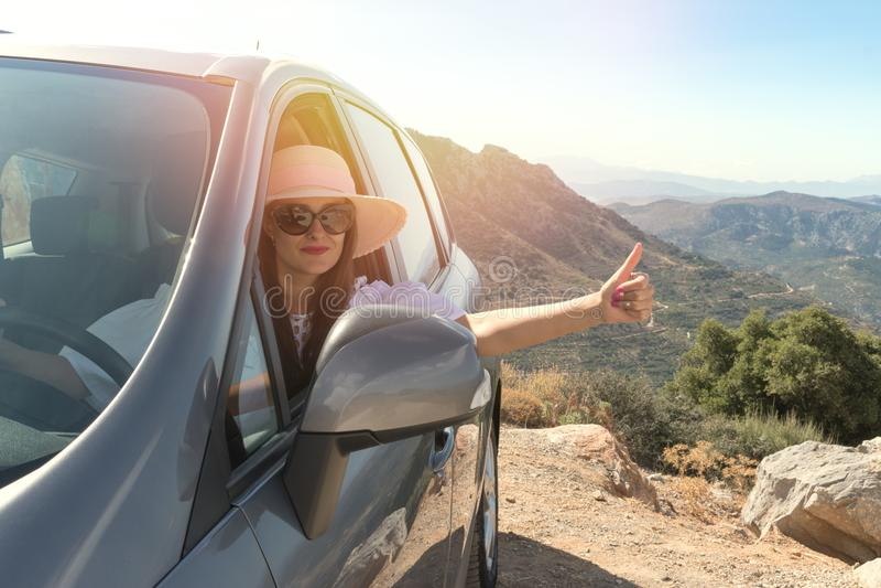 在驾车的愉快的妇女在街道里面 库存照片