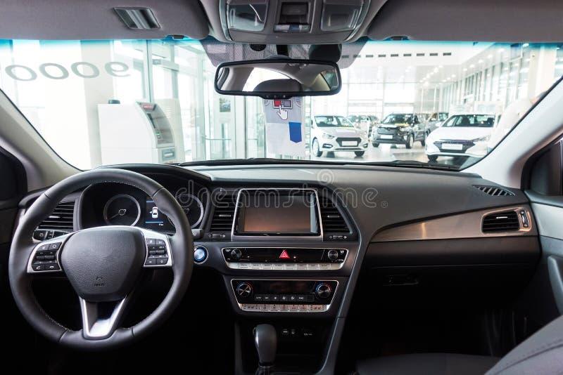 在驾驶席里面的汽车 一辆有名望的现代汽车的内部 里面新的汽车 库存图片
