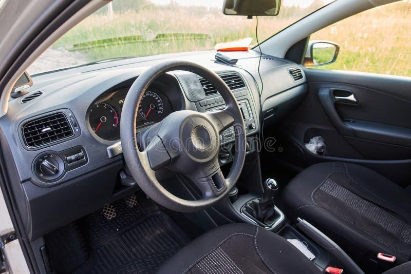在驾驶席里面的汽车 一辆有名望的现代汽车的内部 免版税库存照片
