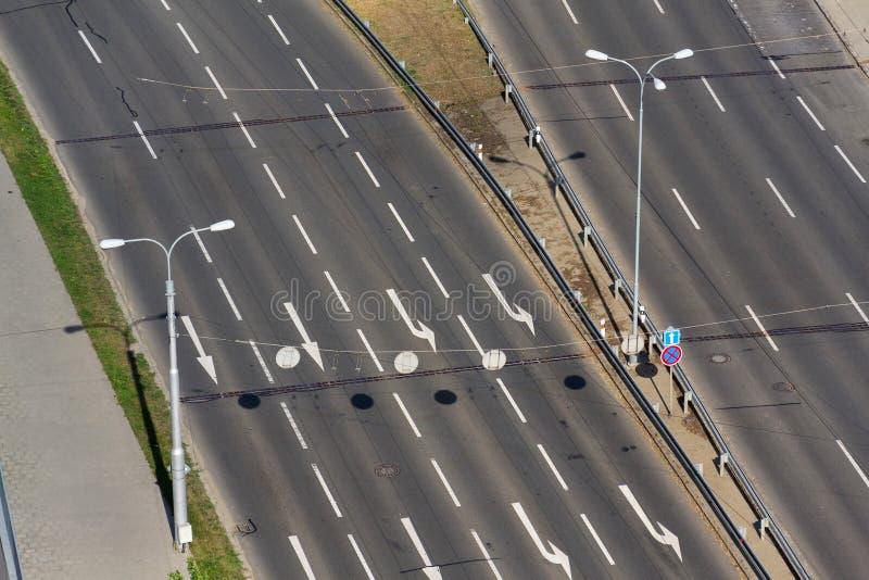 在驾驶车道的白色箭头在空的路,自治技术 库存图片