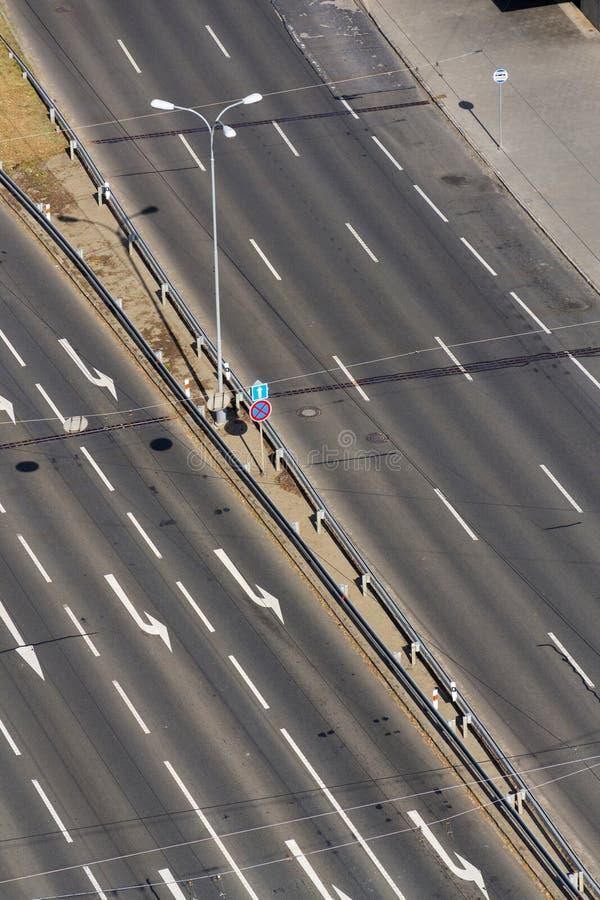 在驾驶车道的白色箭头在空的路,自治技术 免版税图库摄影