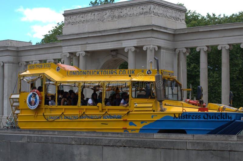 在骑士桥伦敦的黄色潜水艇 免版税库存照片