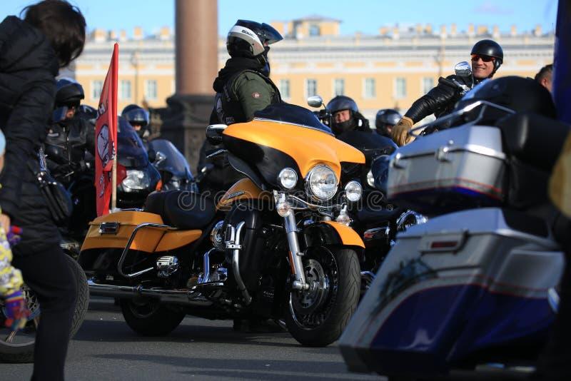 在骑自行车的人和其他摩托车中的黄色和黑哈利戴维森摩托车 免版税库存图片