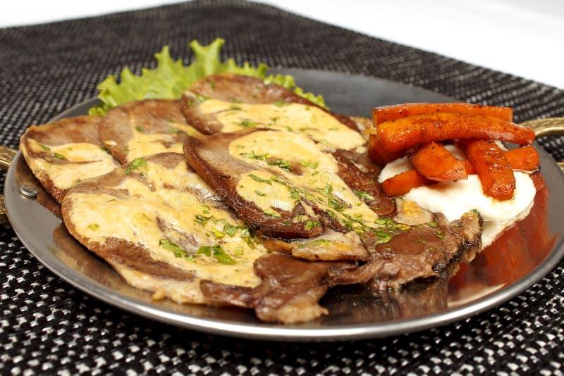 在骨头的烤猪肉牛排充塞用乳酪,烤菜 免版税库存图片