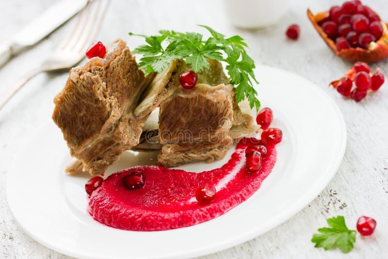在骨头的牛肉用红色调味汁 免版税库存图片
