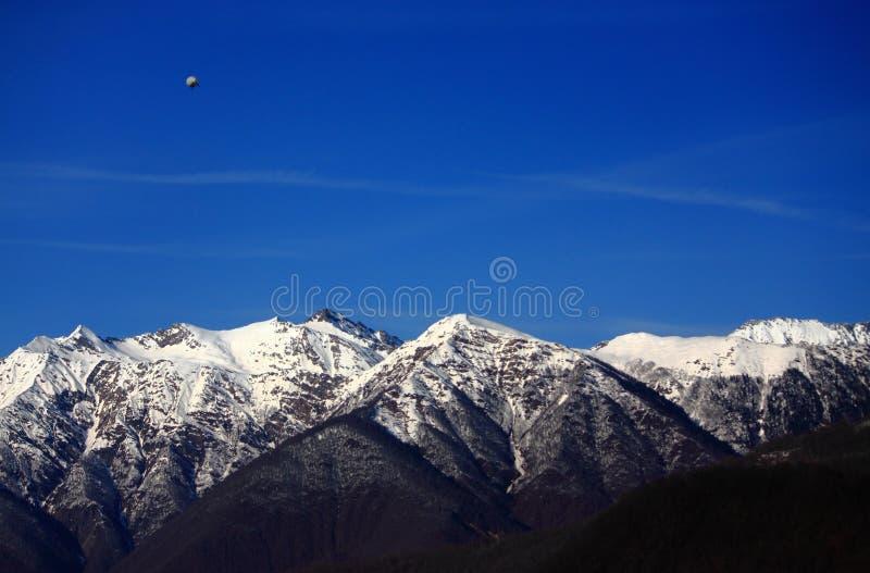 在高加索山脉上的单独策帕林飞艇 免版税库存照片
