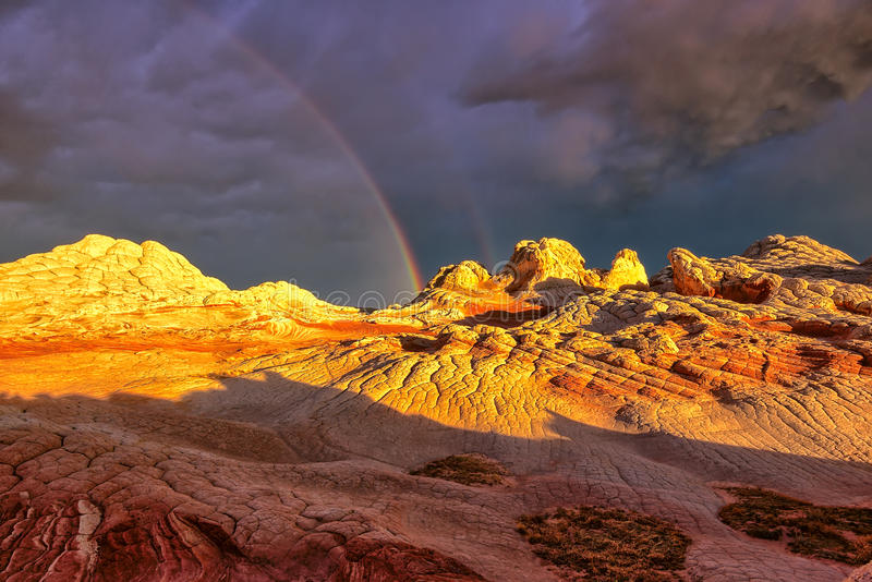 在高原白色口袋的彩虹在日落期间 免版税库存图片