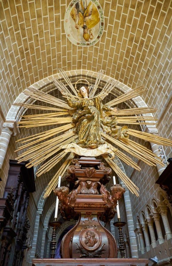 在高唱诗班内部的一个金黄雕象 大教堂  库存照片