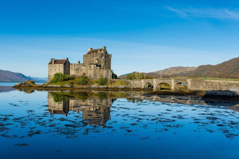 在高地,秋天季节的苏格兰的爱莲・朵娜城堡 免版税库存照片