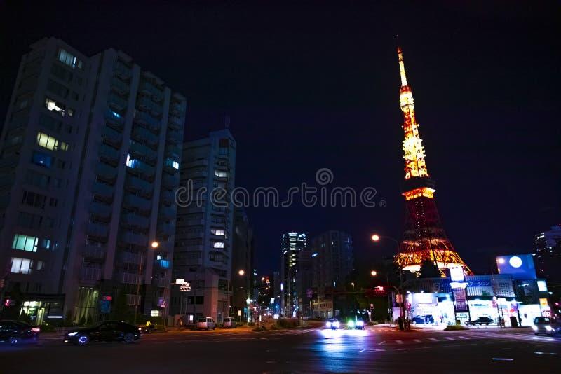 在高塔后的夜横穿在东京 库存照片