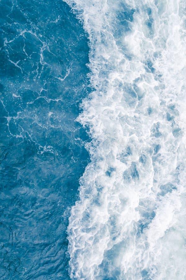 在高夏天浪潮,抽象海洋背景期间的淡蓝的海波浪 免版税库存图片