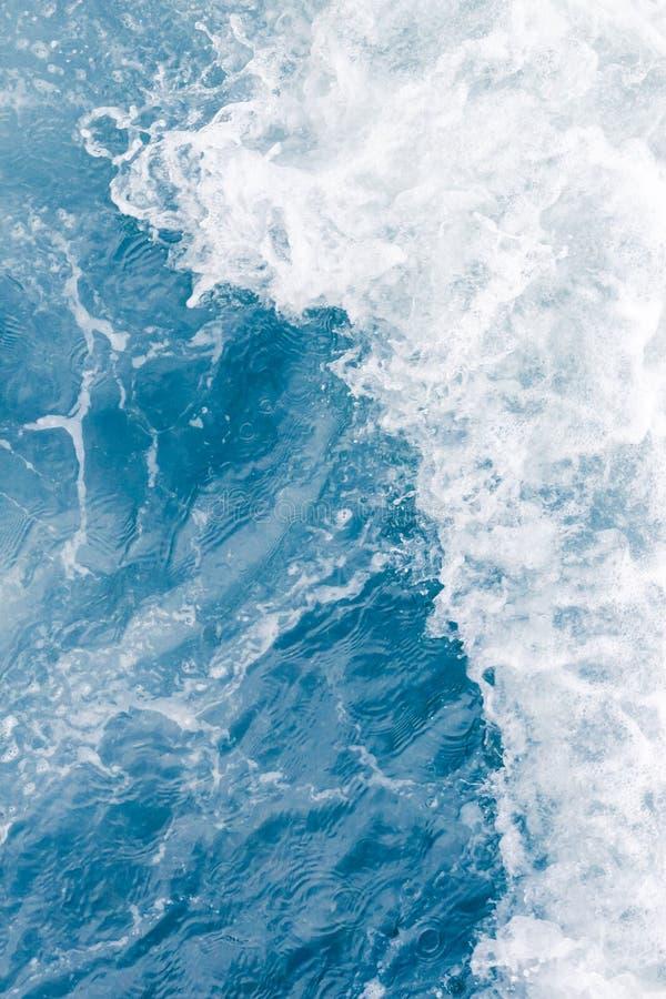 在高夏天浪潮,抽象海洋背景期间的淡蓝的海波浪 库存照片