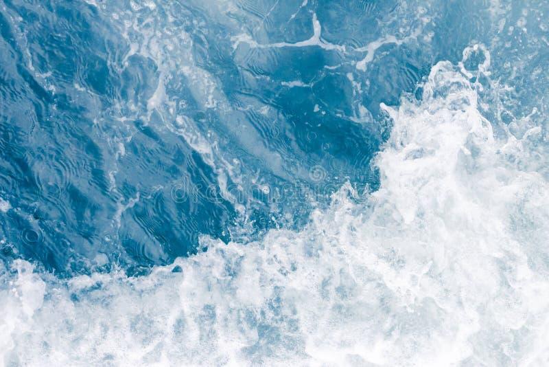 在高夏天浪潮,抽象海洋背景期间的淡蓝的海波浪 库存图片